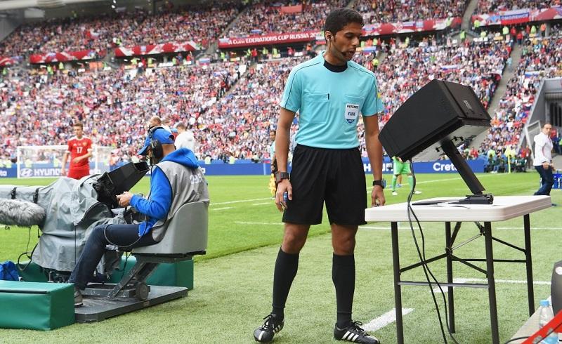 Referee using VAR