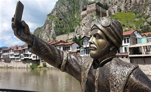 Selfie Statue Appears in Turkey
