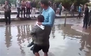 Video: Alexandrian Man Carries People Across Flooded Streets for One Pound