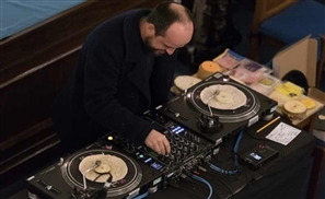 Brilliant DJ Plays Onions And Tortillas Instead Of Vinyl